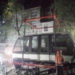 Enlèvement de la cabine du funiculaire de Montmartre depuis sa rampe de fonctionnement