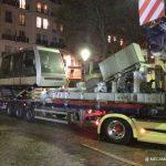 funiculaire de Montmartre juché sur un camion dans les rues de Paris